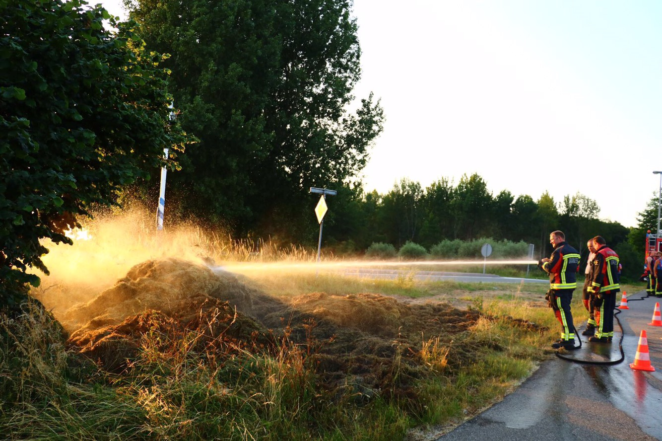 Brandweer blust bermbrandje in Reeuwijk