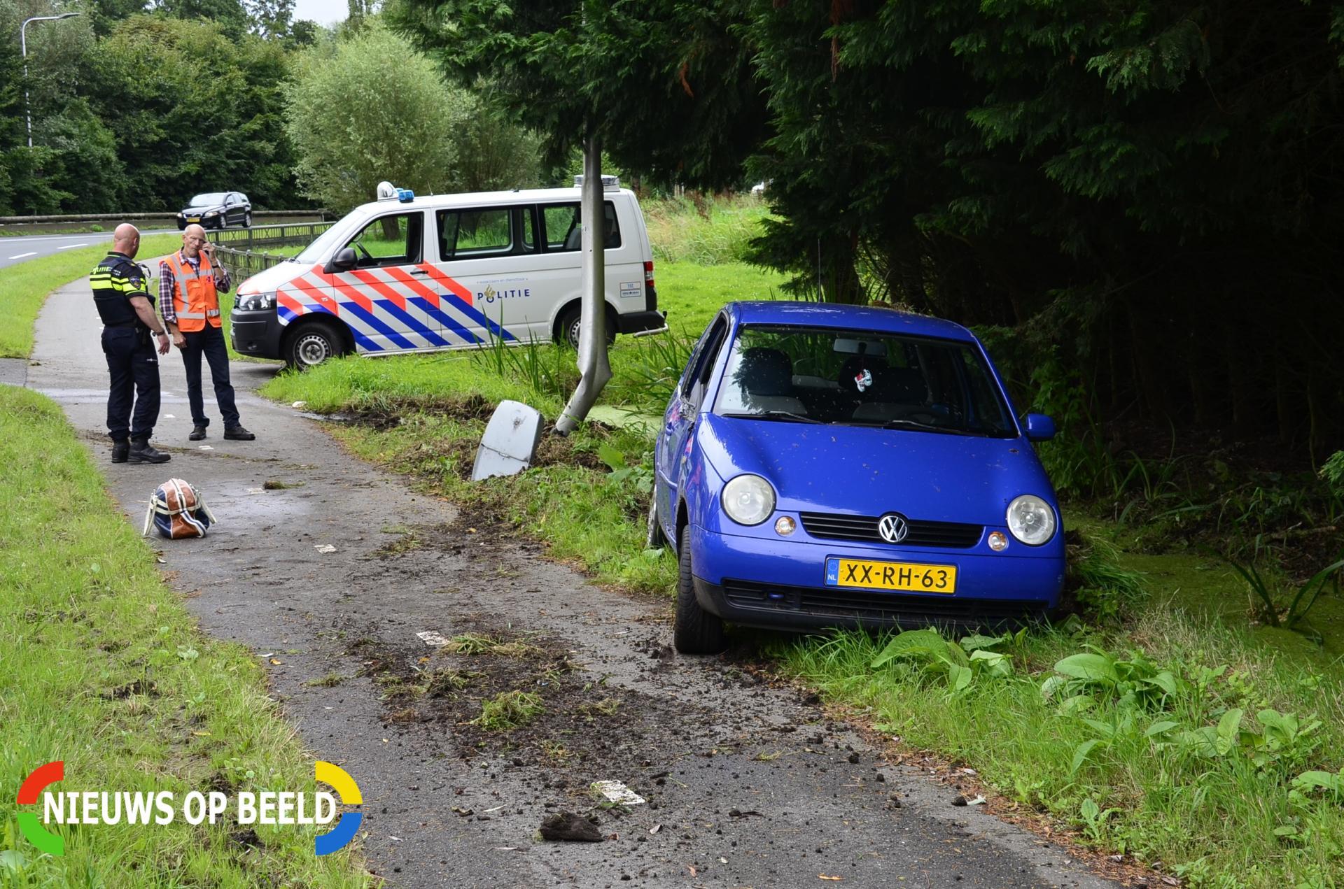 Automobilist verliest macht over het stuur botst tegen lantaarnpaal en belandt net niet te water Breekade N477 Krimpen aan de Lek