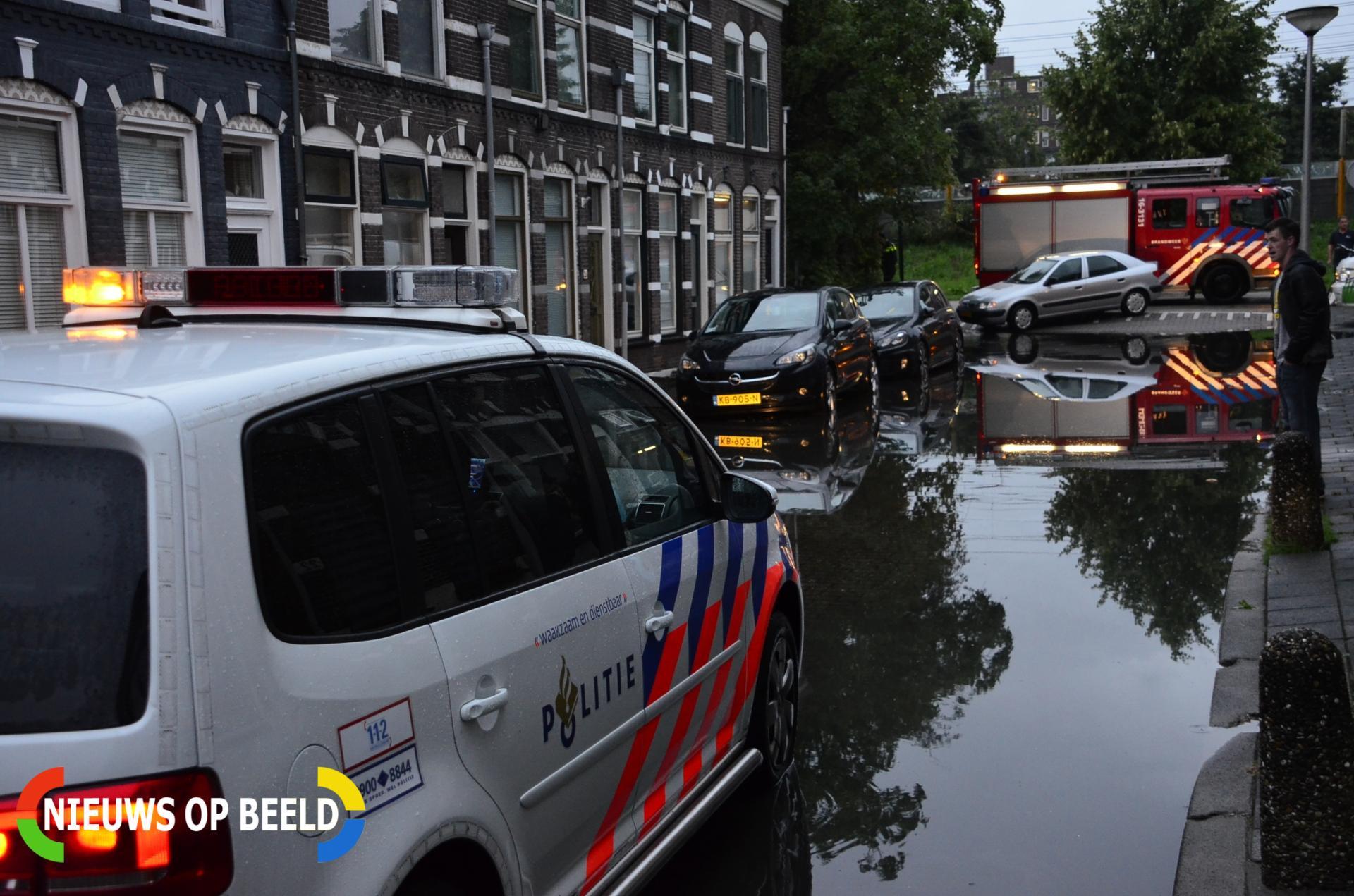Straat staat volledig blank na hevige regenval Jan van der Heijdenstraat Gouda