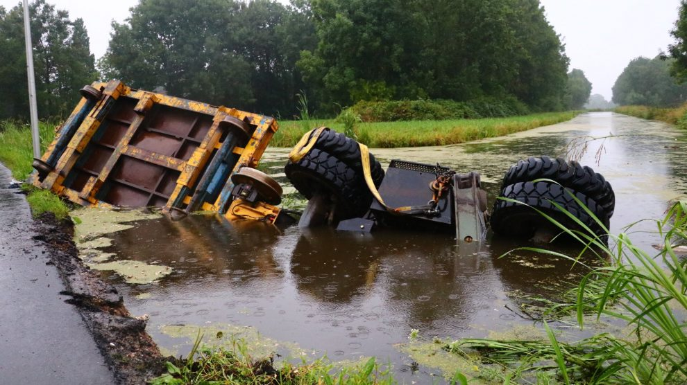 tractor met kraan belandt in de sloot achterwillenseweg