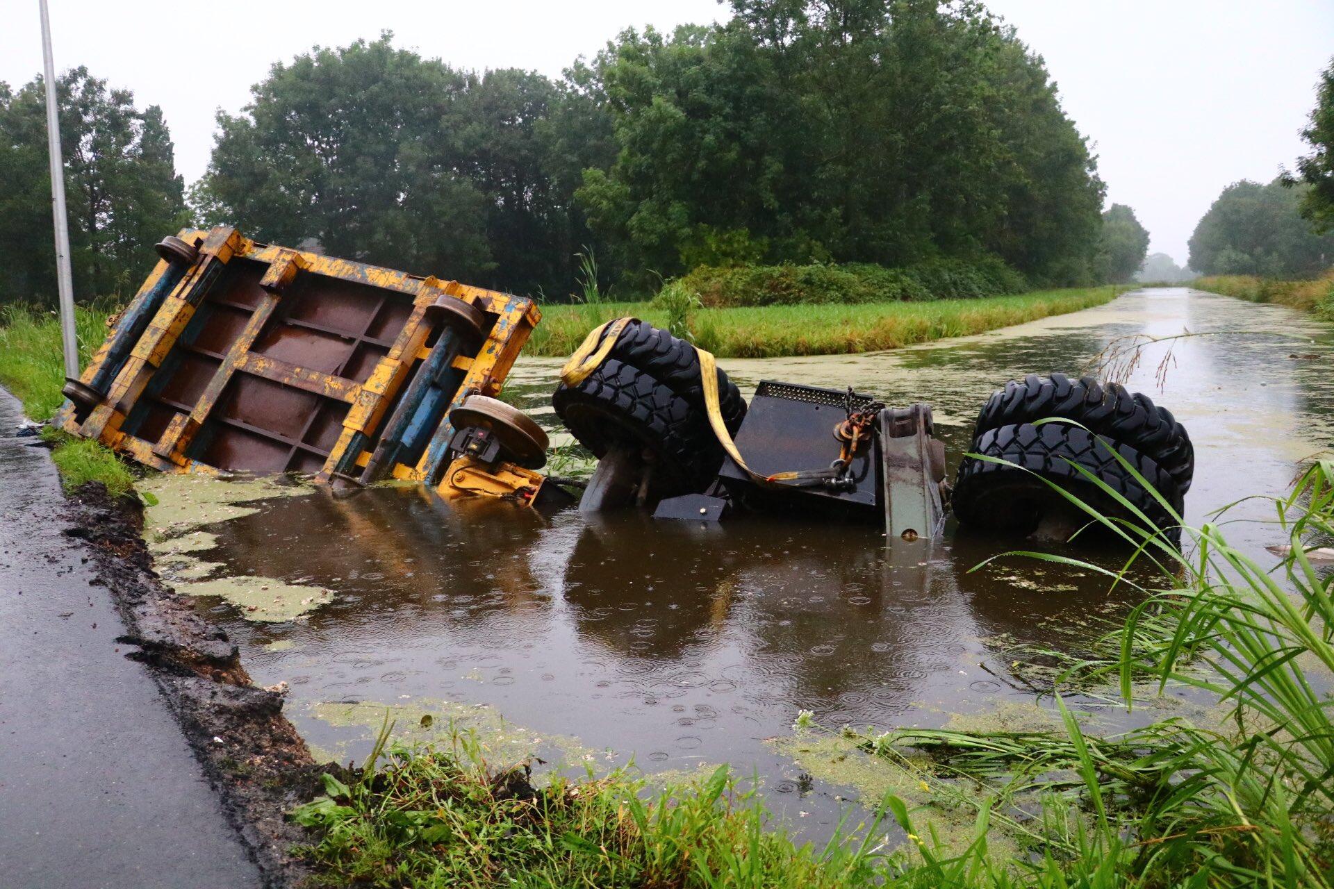 Tractor met kraan belandt in de sloot Achterwillenseweg Gouda