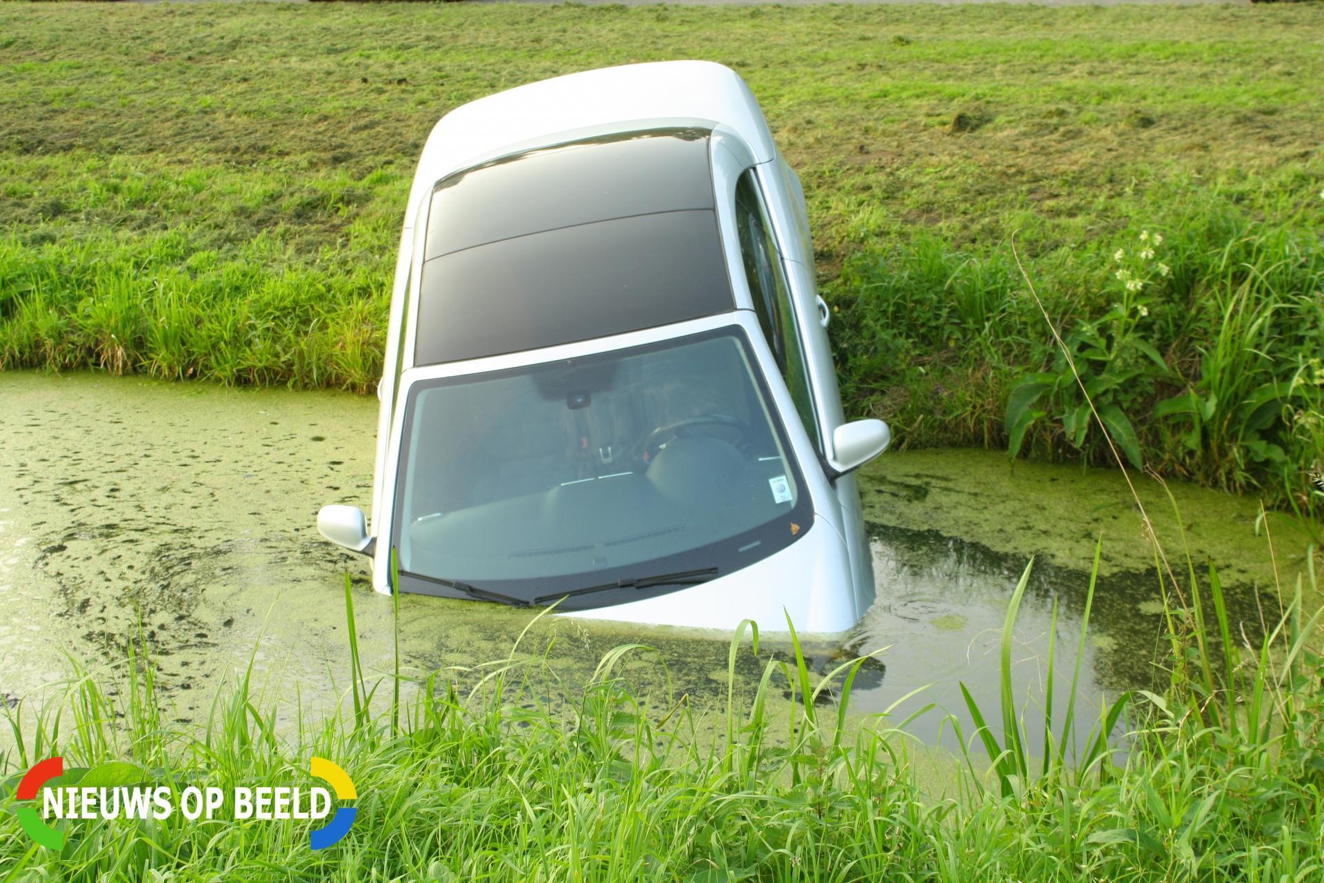 Auto te water na vergeten handrem Oesterzwamplaats Bergschenhoek