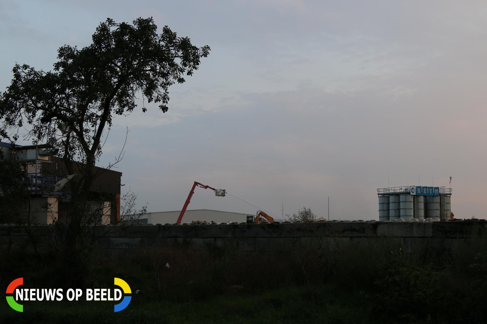 Moeilijk blusbare brand in afvalberg Nieuwstadterweg Sittard