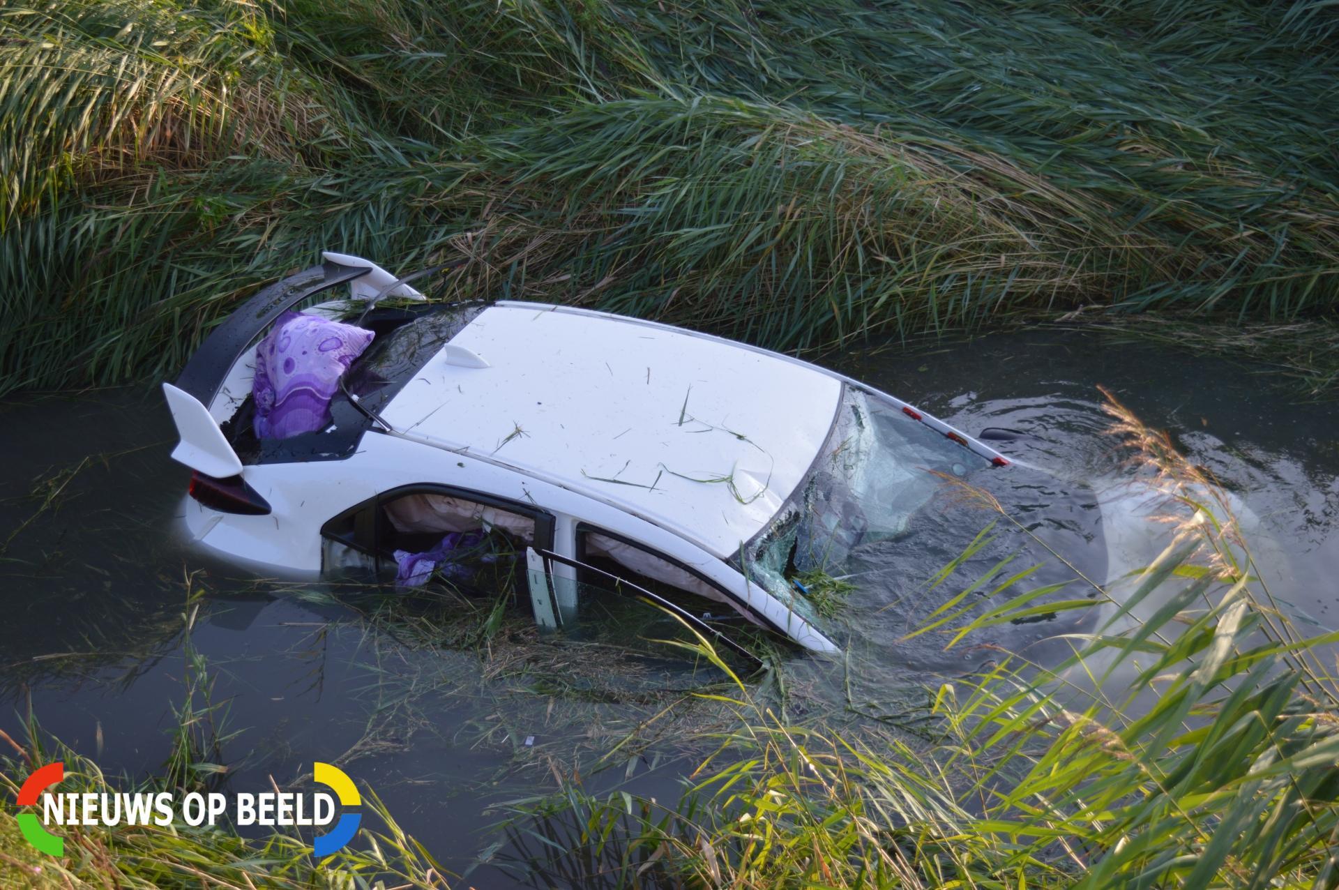 Duitse auto belandt in sloot Polderweg Oostvoorne