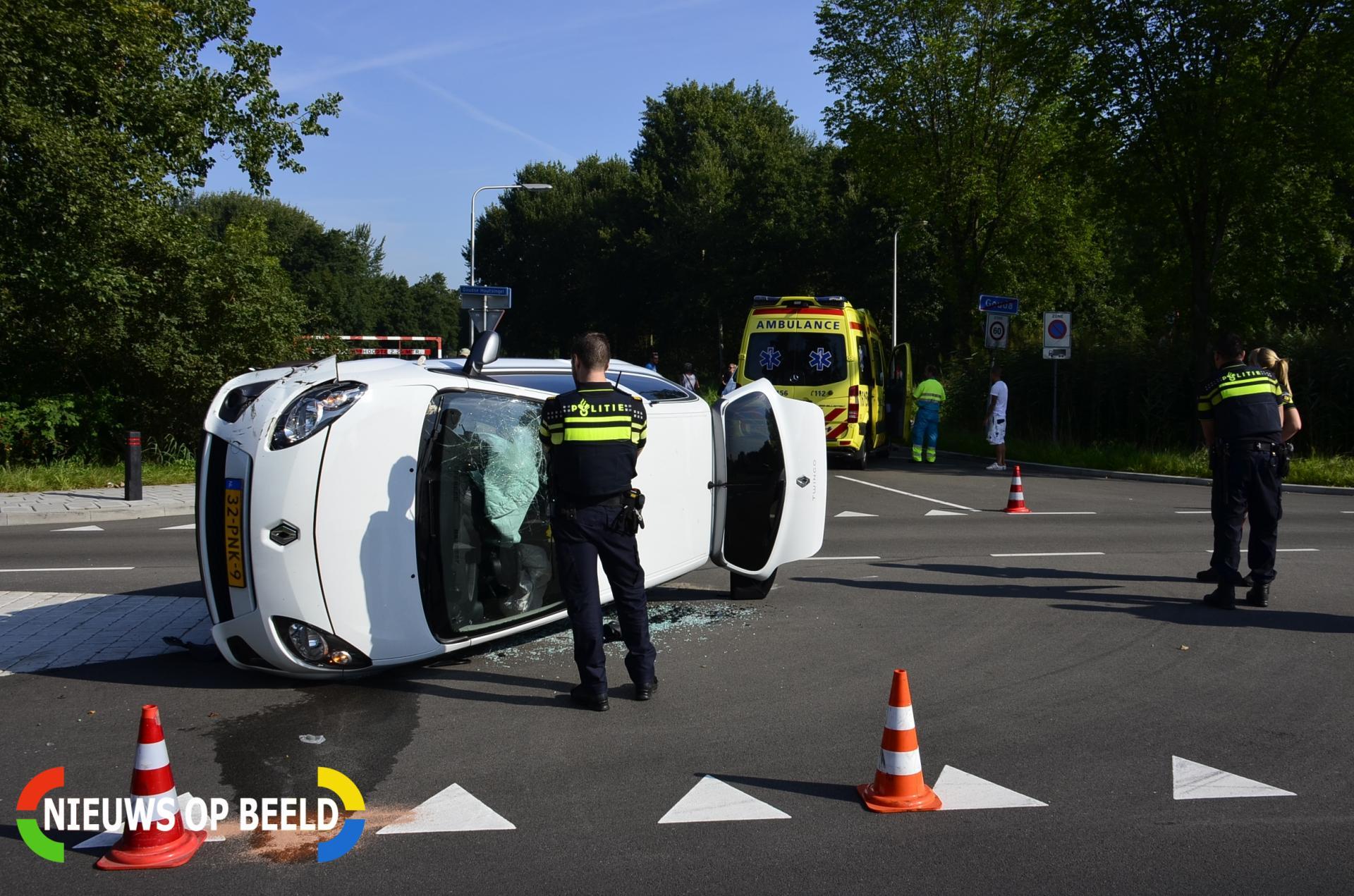 Auto belandt op zijn kant na aanrijding Goudse Houtsingel Gouda