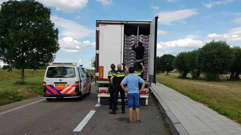 Vrachtwagen met Iraniërs langs de kant gezet A29 Klaaswaal