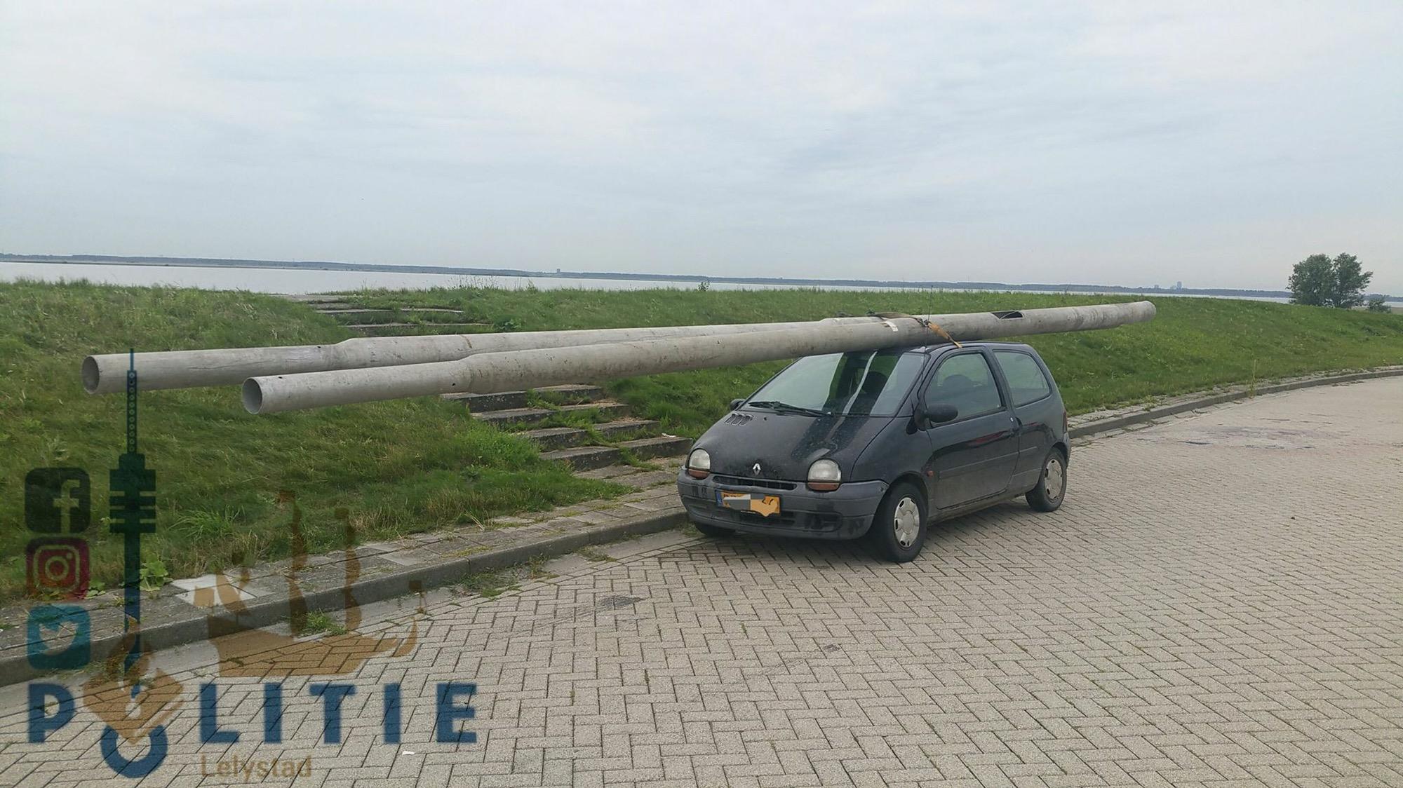Dronken bestuurder rijdt letterlijk met de lamp in Lelystad
