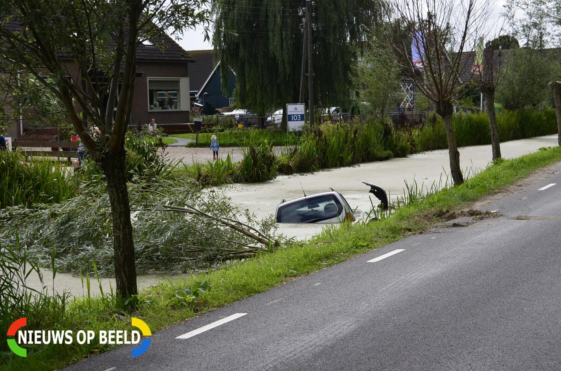 Auto belandt in sloot na botsing tegen boom en elektriciteitsmast Benedenkerkseweg Stolwijk