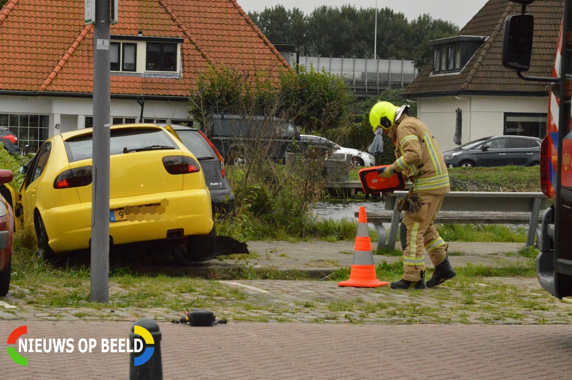 Flinke schade na botsing tussen twee auto's Prins Bernhardkade Rotterdam