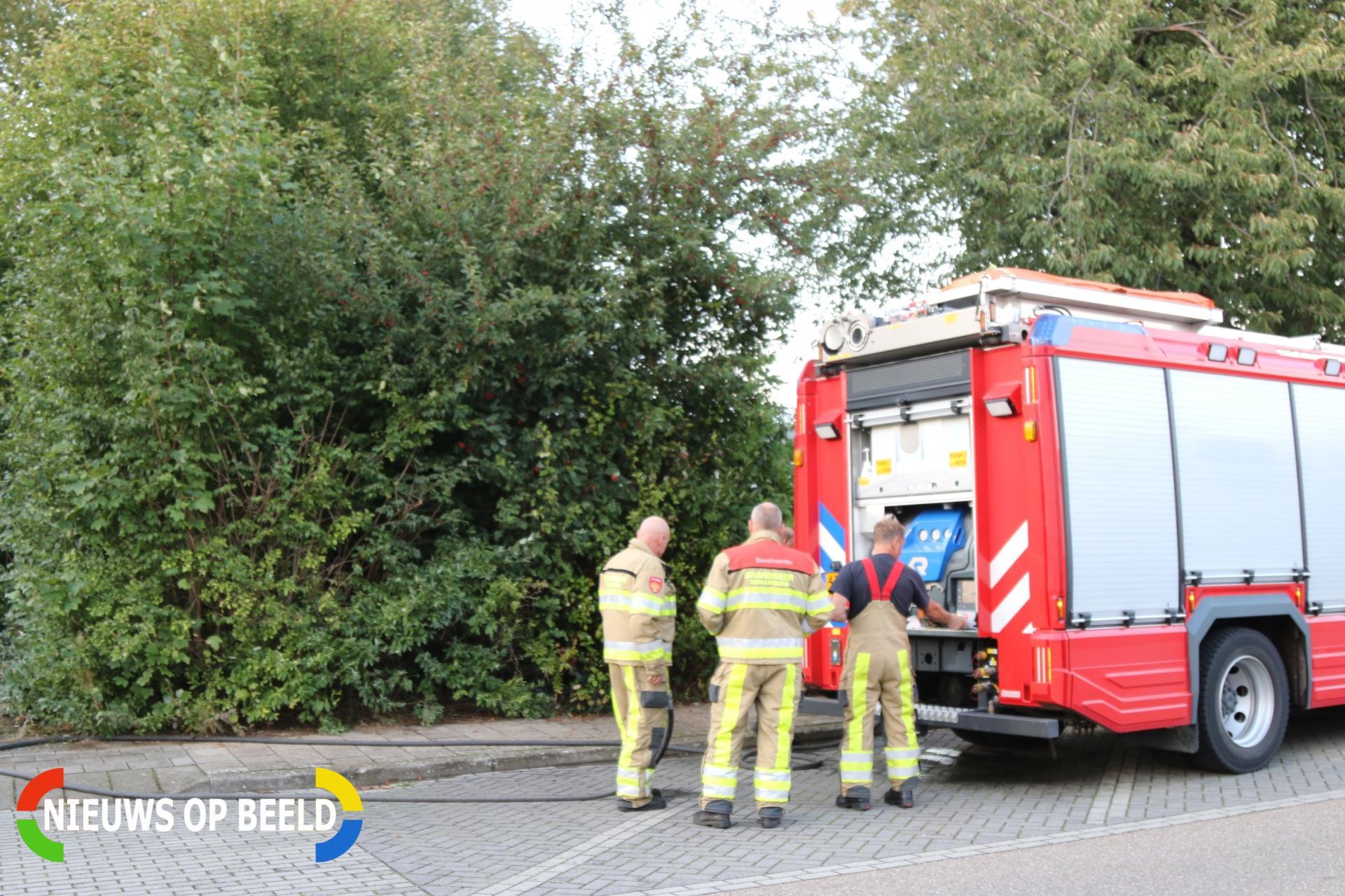 Autoband in brand gestoken in struiken Doctor A.F. Philipsstraat Sittard