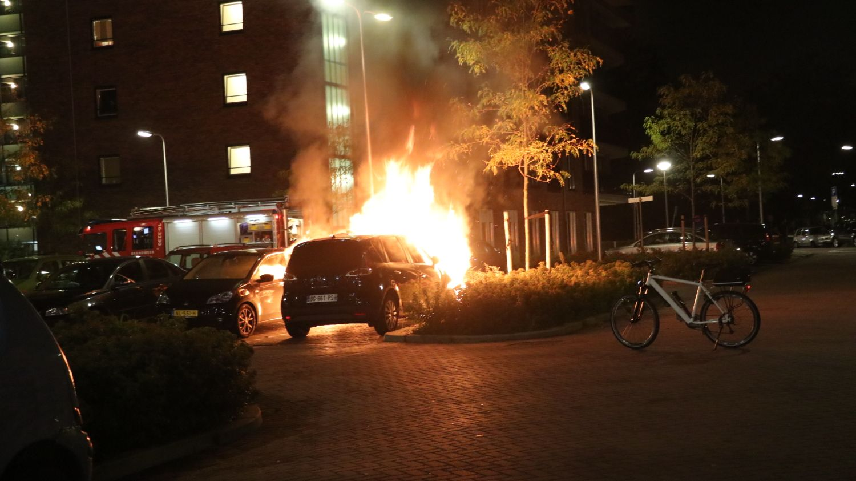 Auto brandt volledig uit Olympiadeplein Gouda