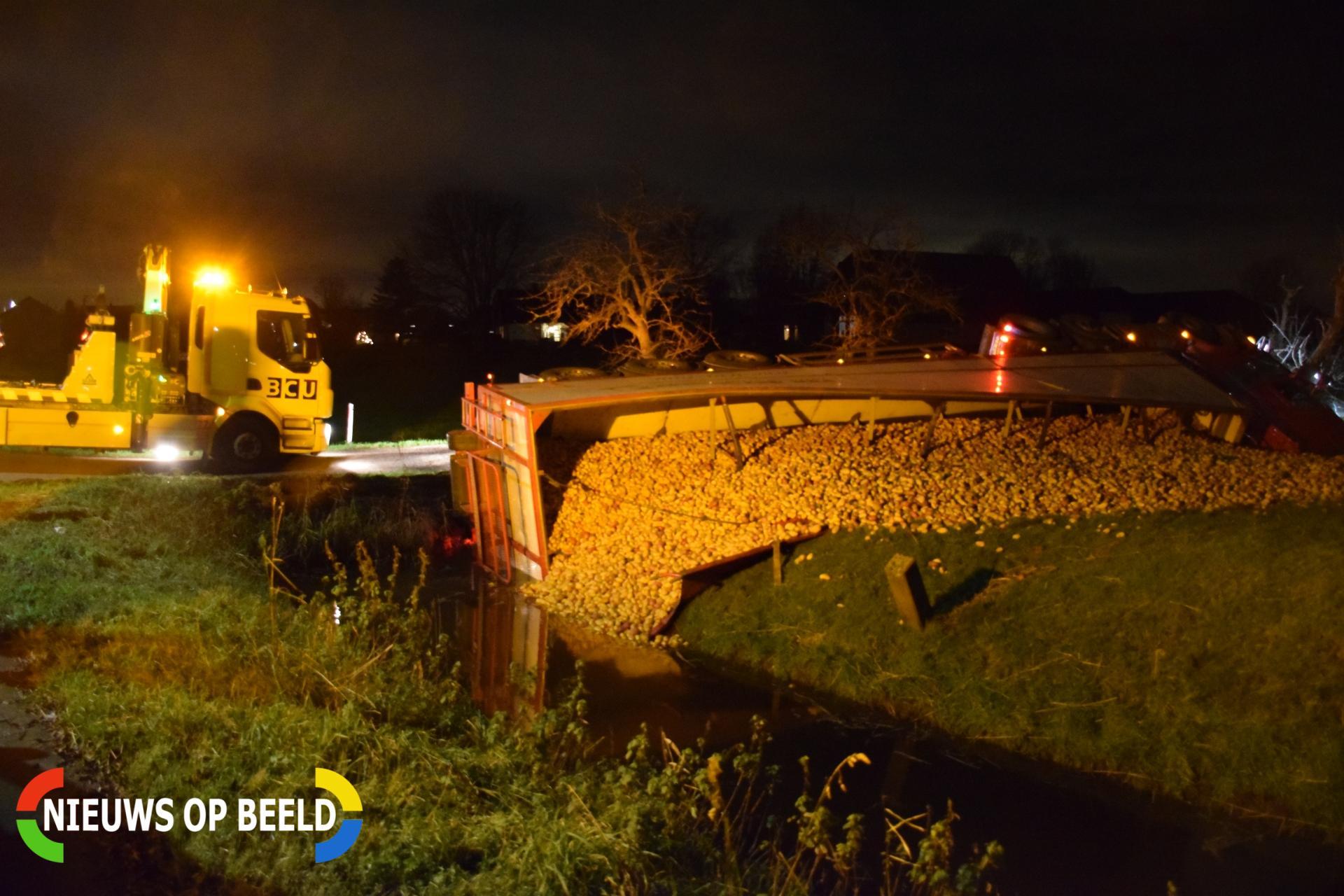 Vrachtwagen met aardappels kantelt om in de sloot De Bree Nieuwerbrug