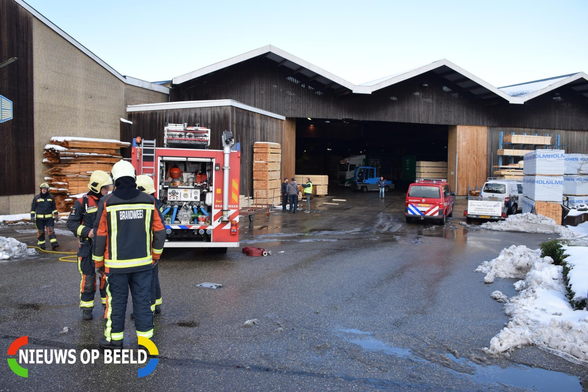 Veel rookontwikkeling bij brand Heuvelman Houthandel IJsseldijk Noord Ouderkerk aan den IJssel