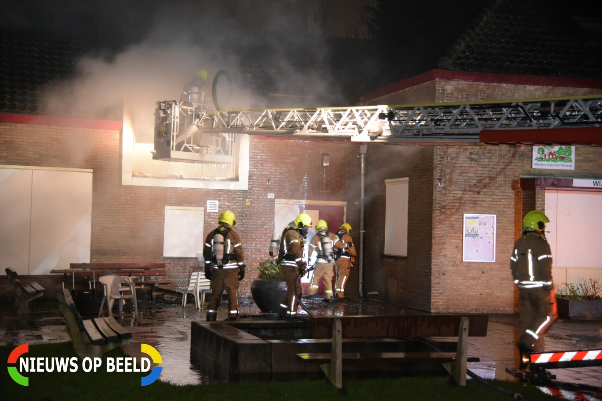 Brandweer rukt uit voor brand in slooppanden Rollostraat Rotterdam