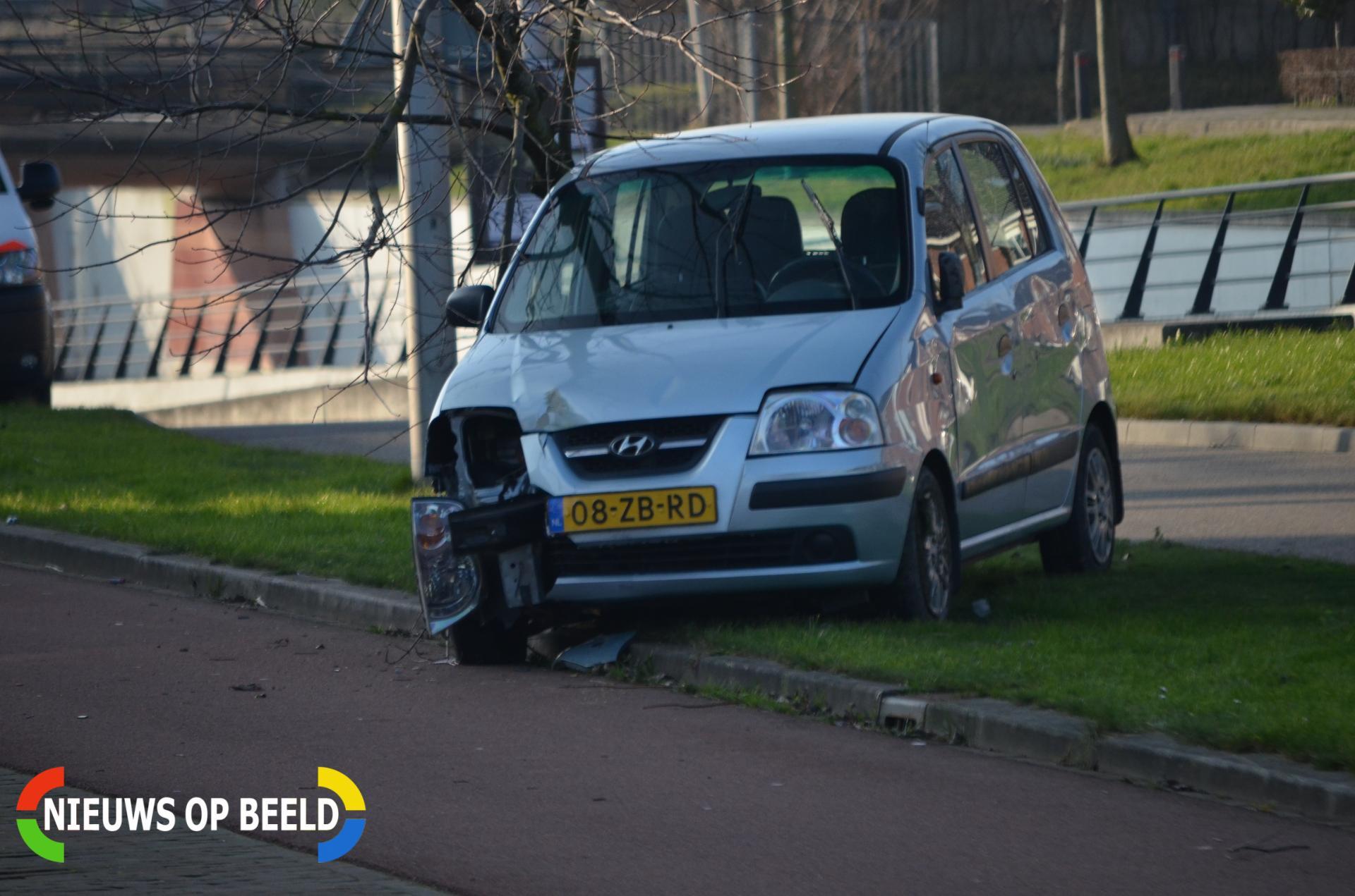 Automobilist botst tegen boom Oudelandselaan Berkel en rodenrijs