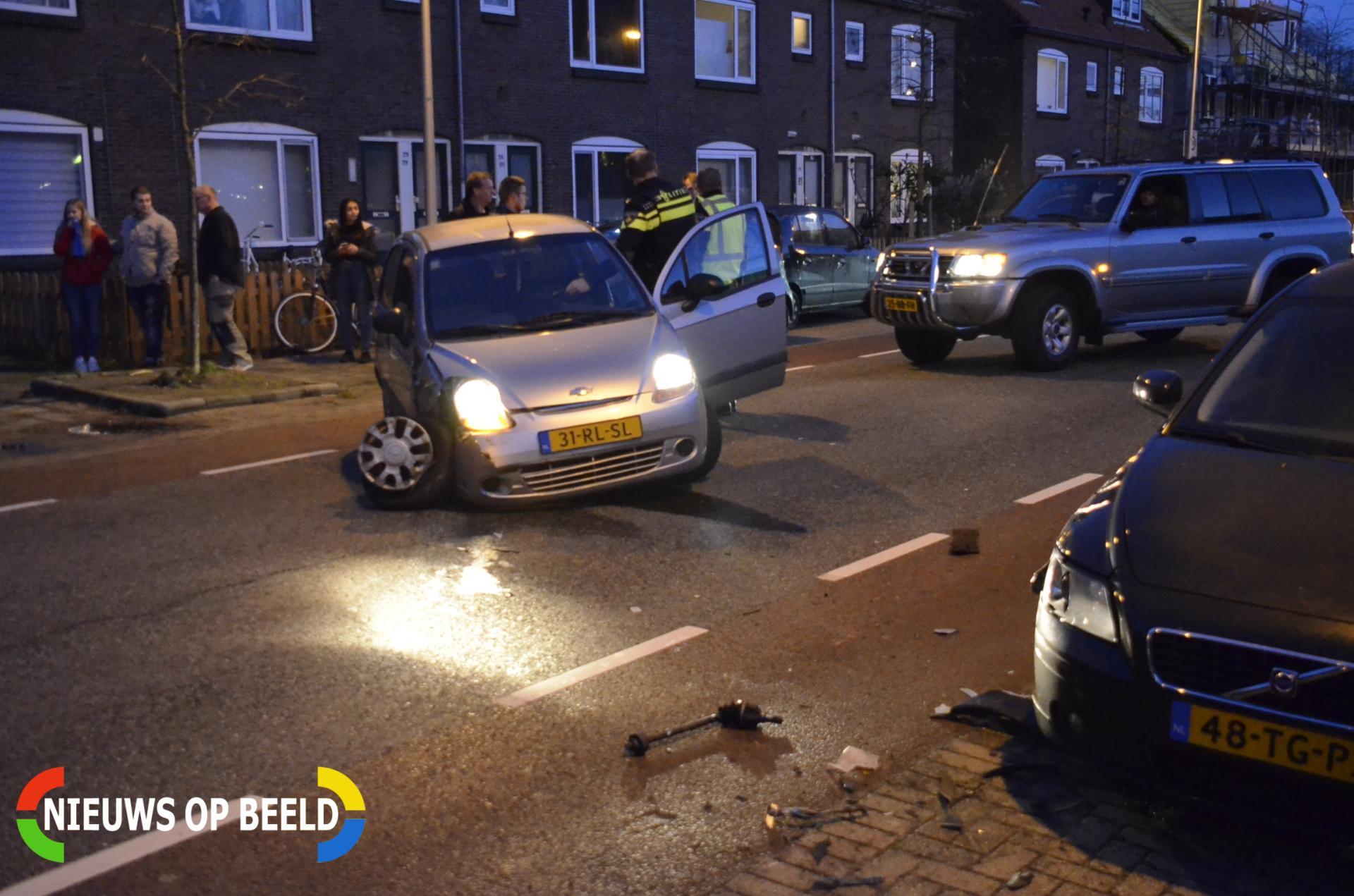 Auto zwaar beschadigd na aanrijding met geparkeerde auto Koningin Wilhelminaweg Gouda