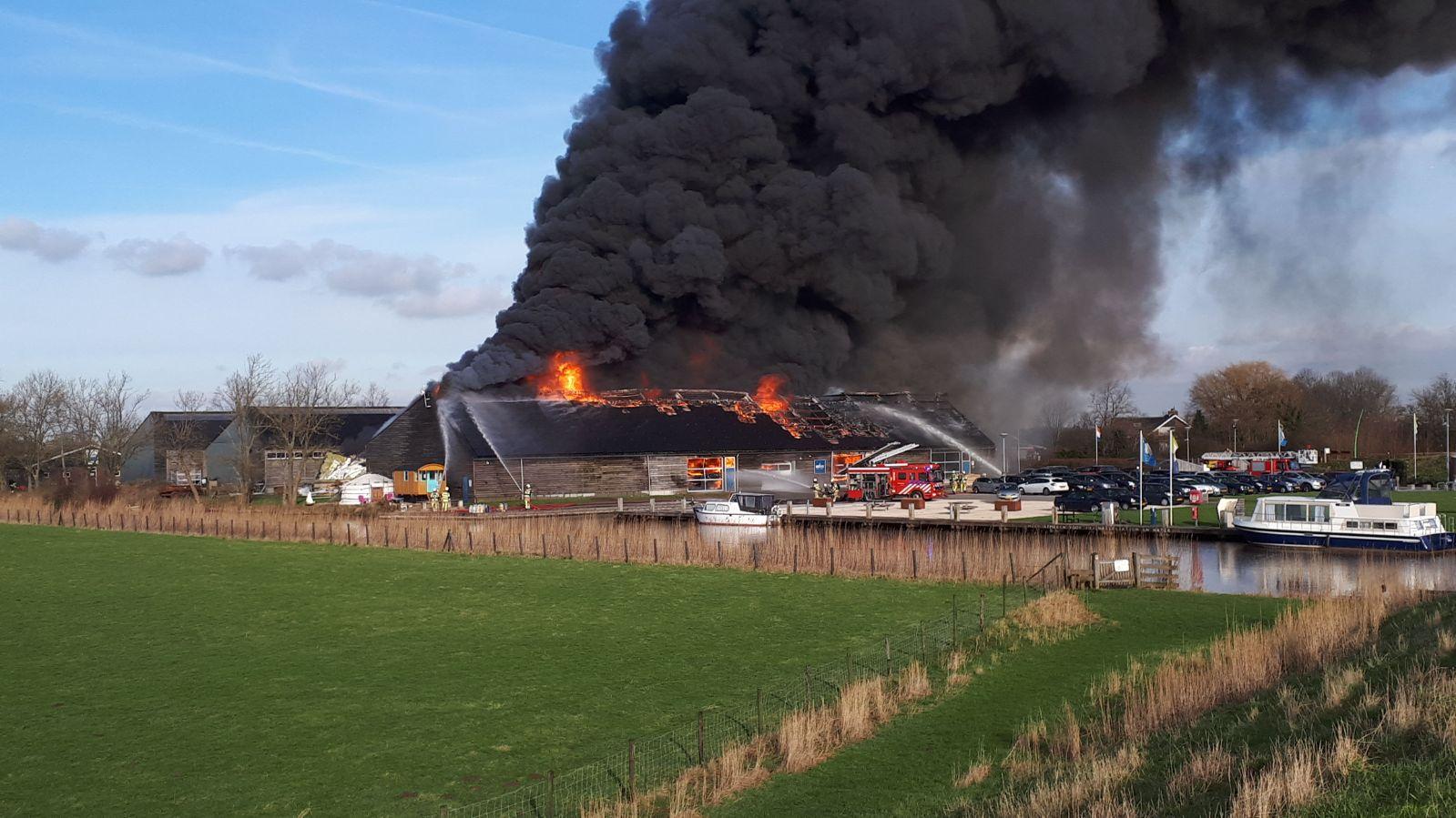Grote brand in wijde omgeving te zien Noord IJsseldijk IJsselstein ( Video)