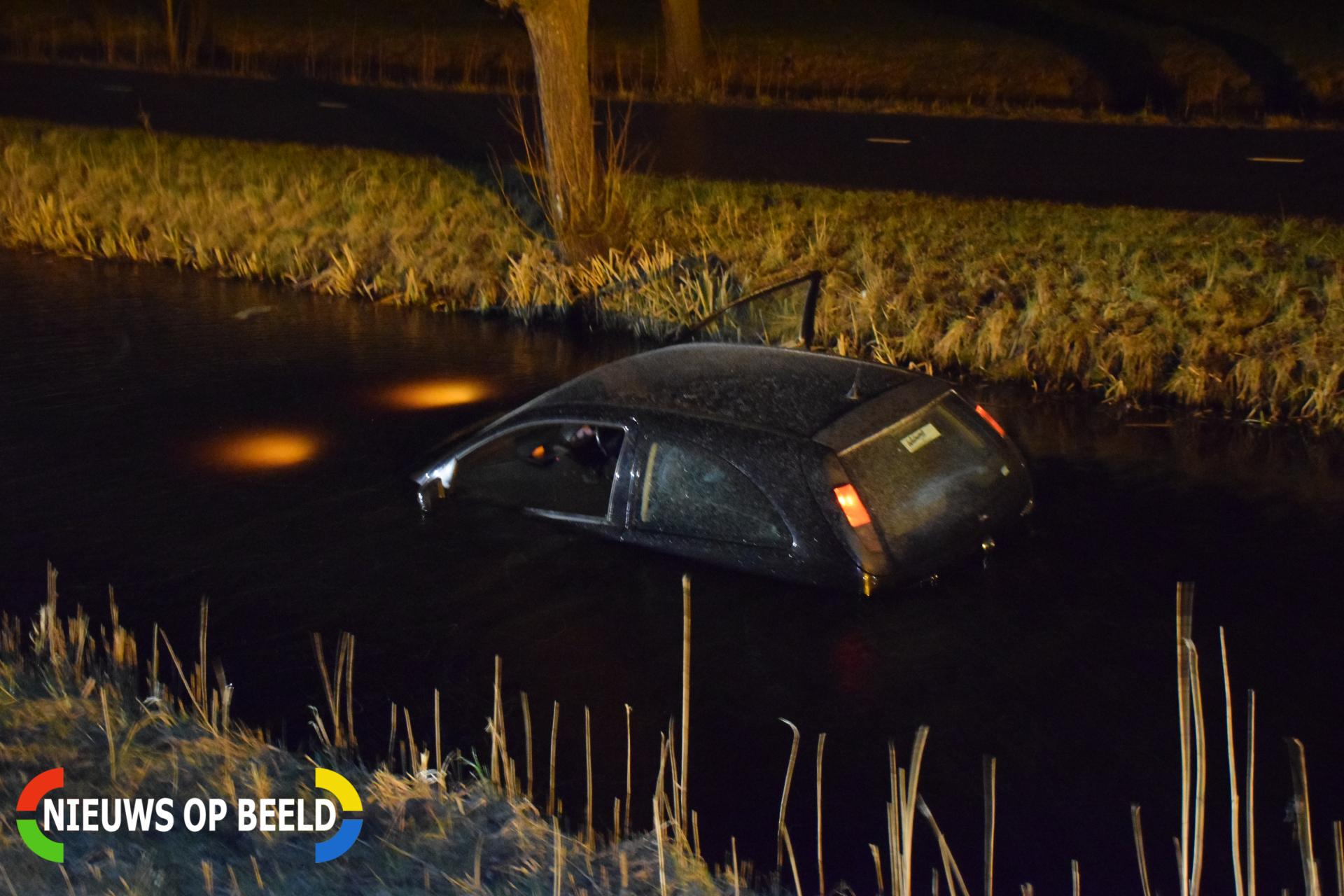 Auto wijkt uit voor een zwaan en belandt in de sloot Boezemweg Lekkerkerk