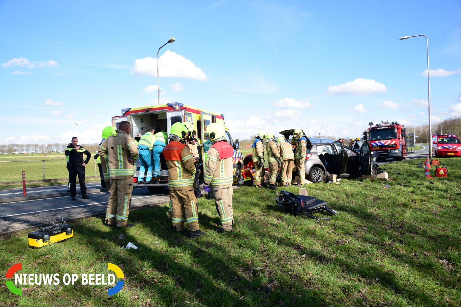 Twee gewonden bij aanrijding met beknelling Groene Kruisweg Oost Heenvliet