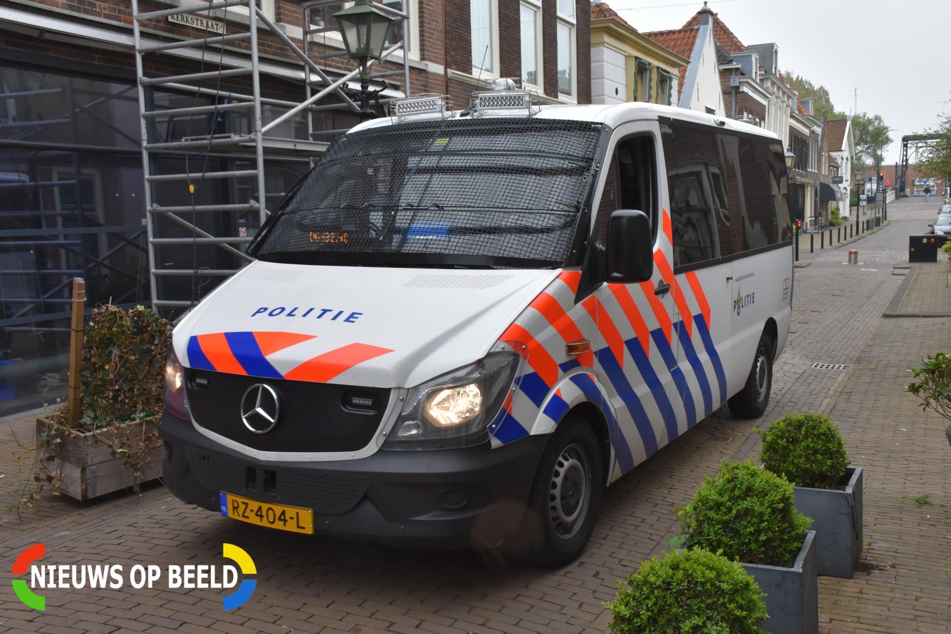 35-jarige dronkaard trapt politieagent en sloopt politiebus Maasvlakteweg Rotterdam