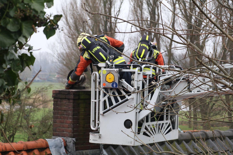 Brandweer blust schoorsteenbrand IJsseldijk-Noord Ouderkerk aan den IJssel