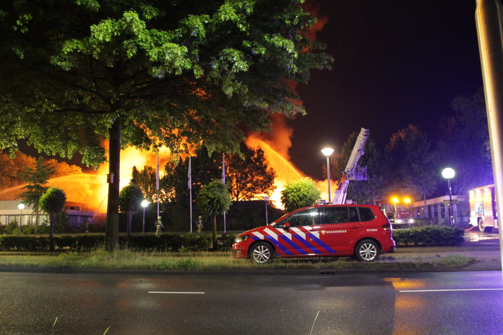 Zeer grote brand verwoest ROVC aan de Galvanistraat in Ede (video)