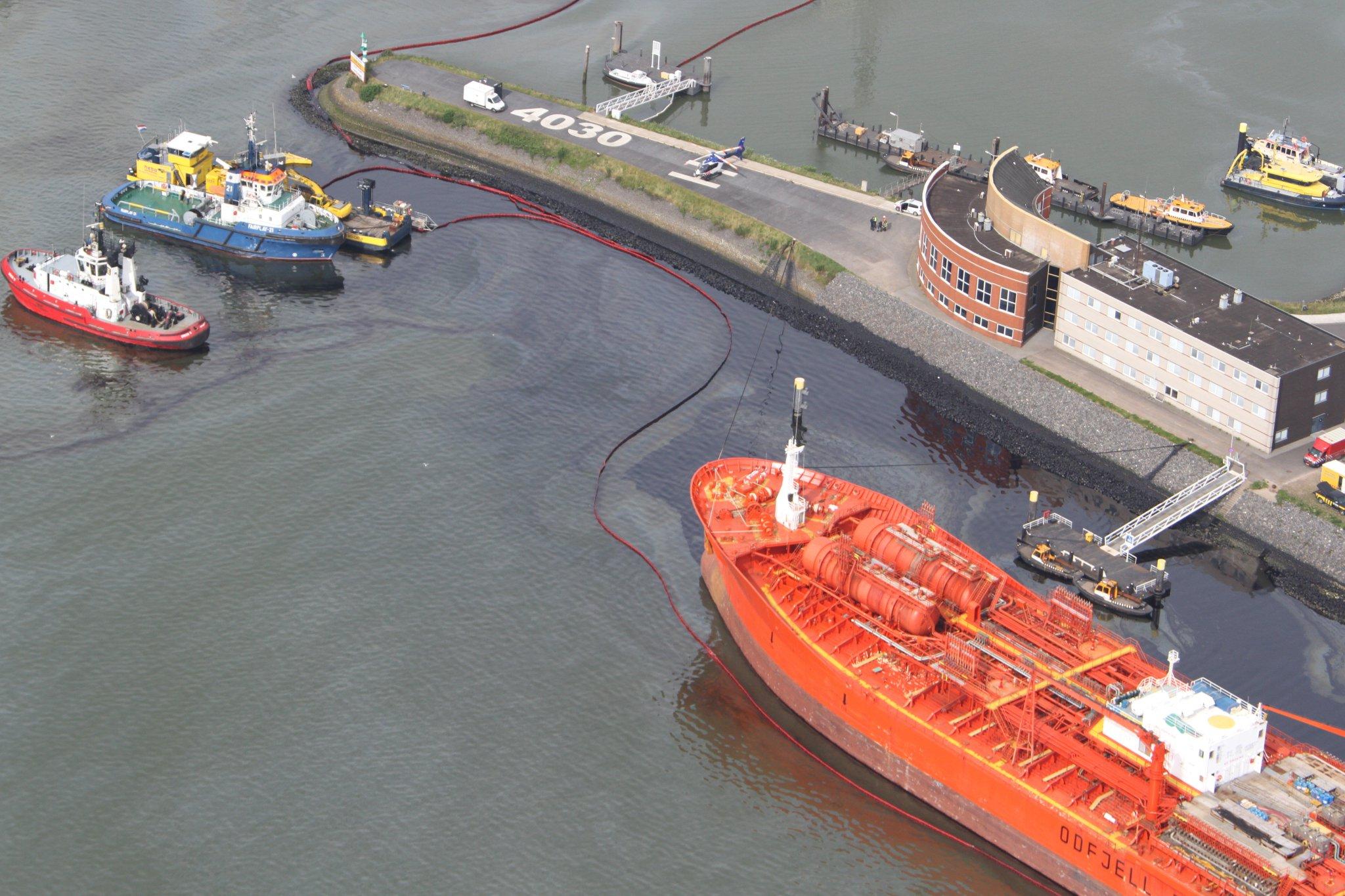 Opruimen olie in Waterweg Rotterdam gaat nog dagen duren (video)