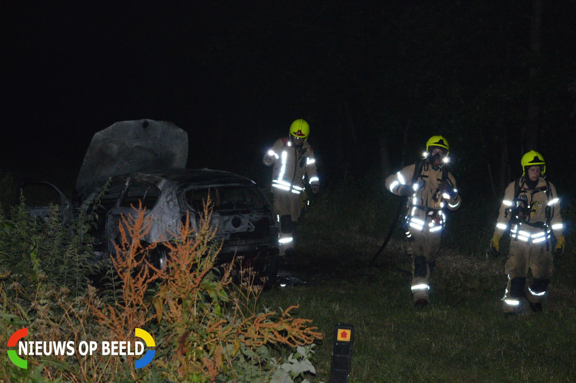 Brandweer blust brand in gedumpte auto Bosweg Bergschenhoek