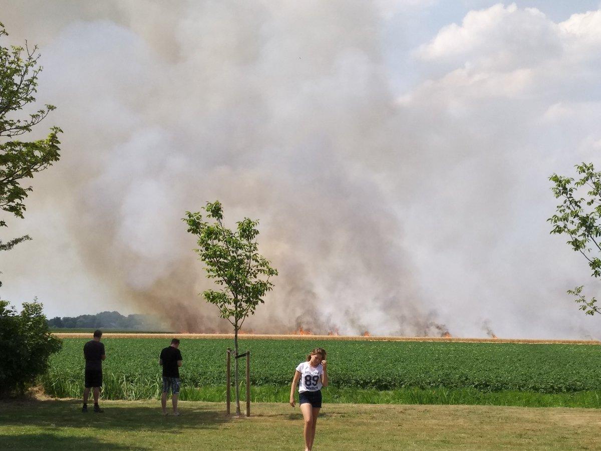 Boer en brandweer blussen akkerbrand Langeweg Ooltgensplaat