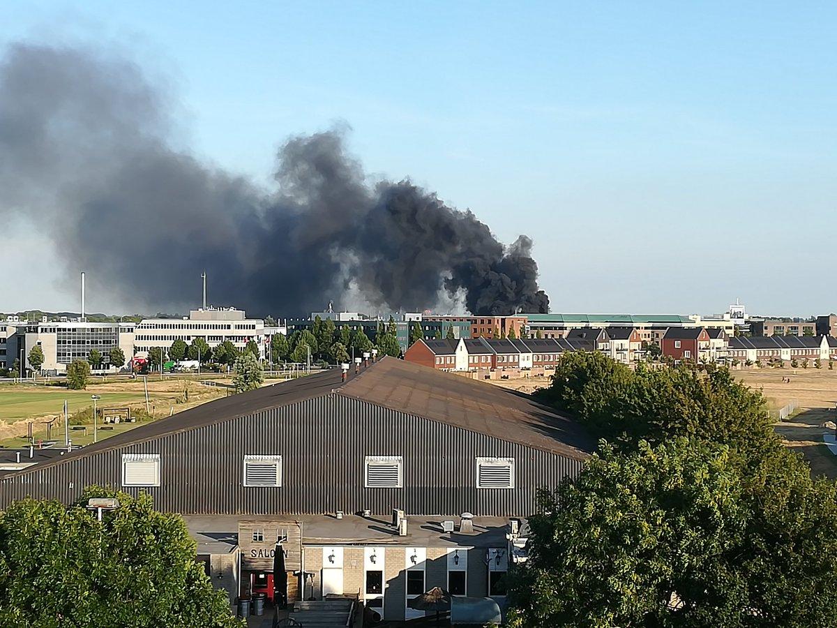 Zeer grote brand bij bedrijf op het Van Voordenpark Zaltbommel