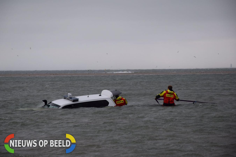 Politieauto gaat kopje onder in Noordzee in Renesse
