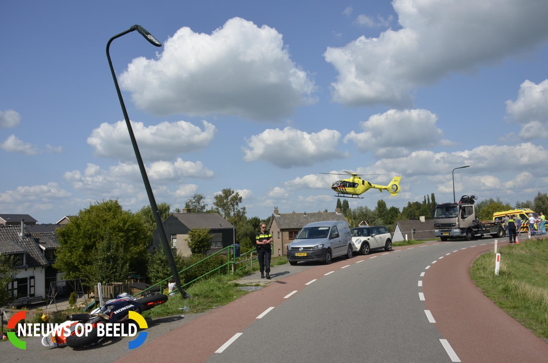 Motorrijder zwaargewond na botsing tegen lantaarnpaal Hogedijk Bergambacht