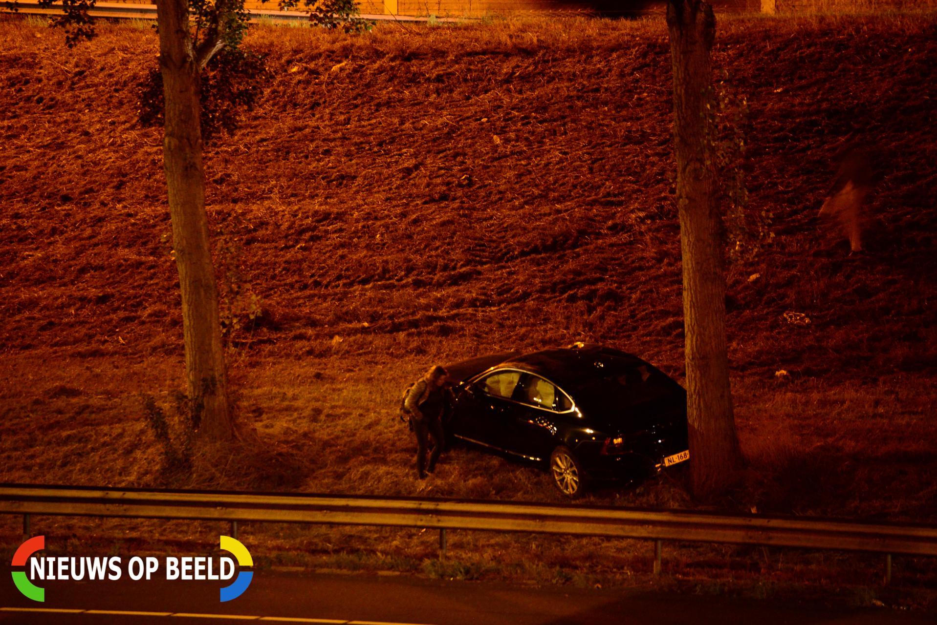 Automobilist rijdt van talud af A15 Papendrecht