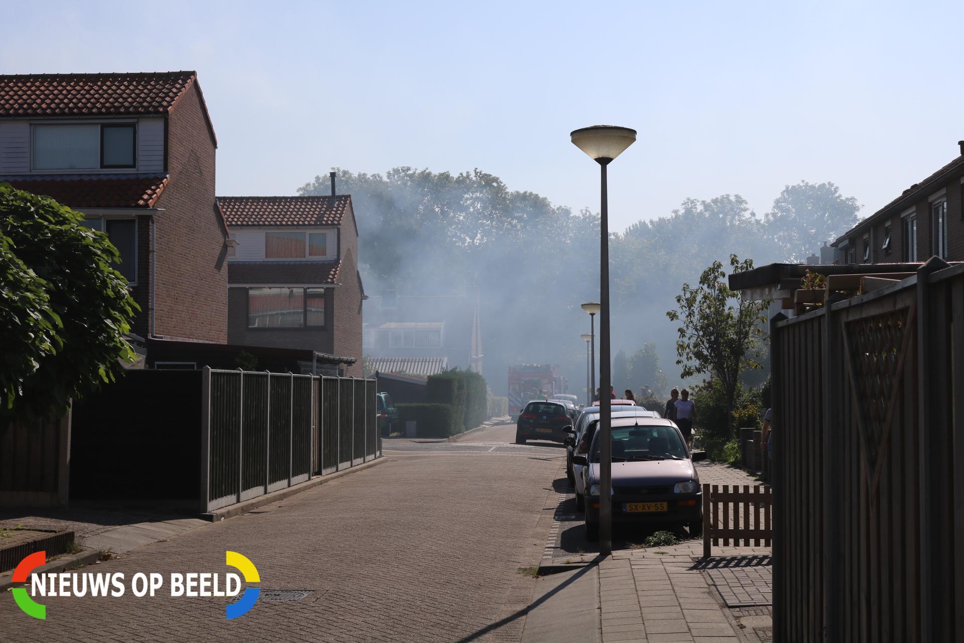Straat vol rook door brand in schuur Doelenstraat Heenvliet