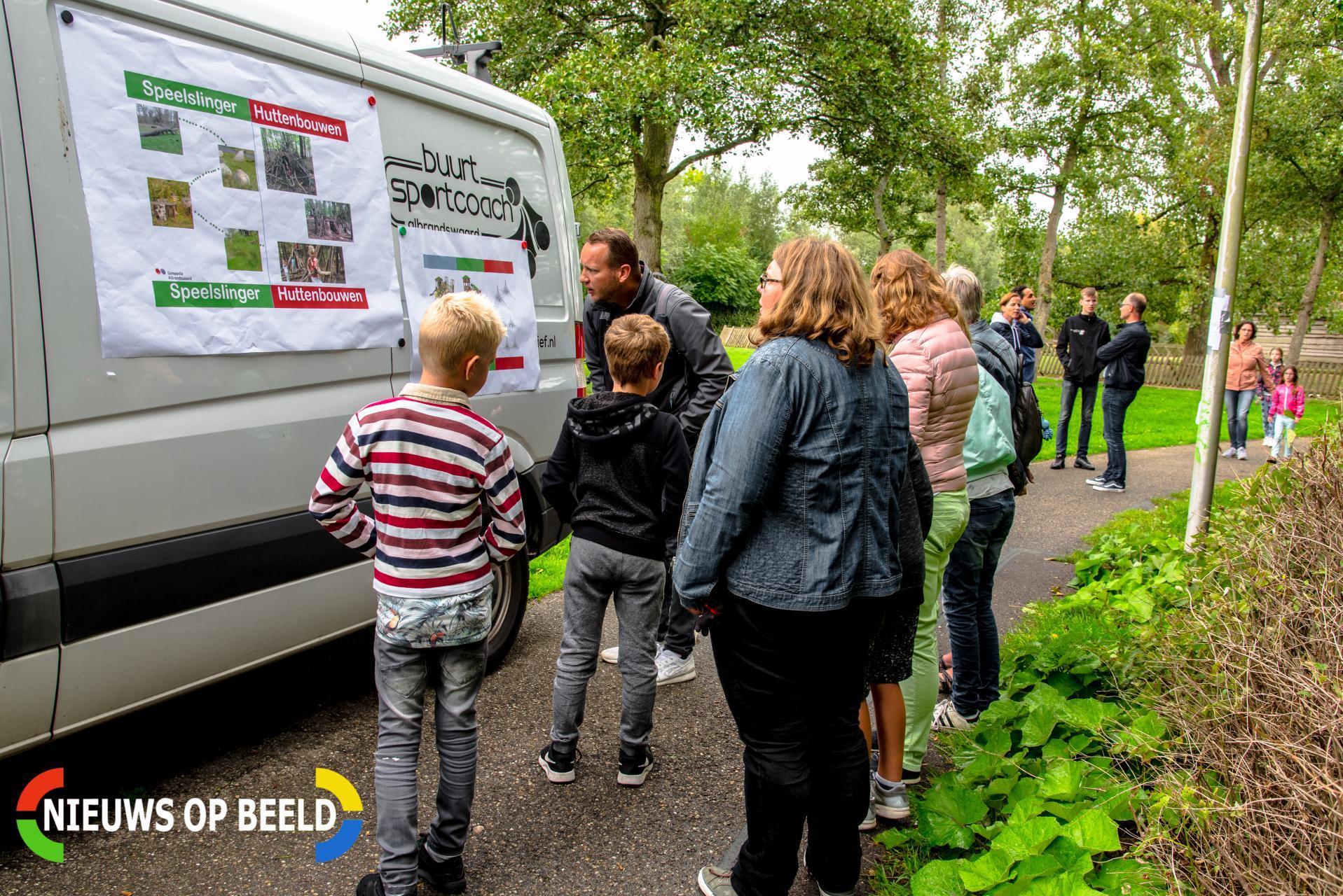 Kinderen zoeken met kinderburgemeester een speeltoestel uit voor het park De Gaarde Rhoon