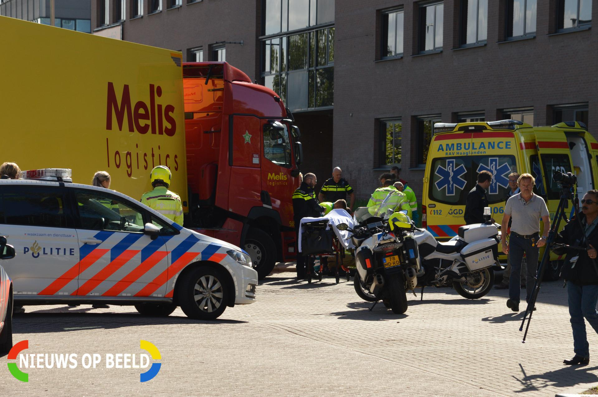 Fietser geschept door vrachtwagen Vrijheidslaan Delft