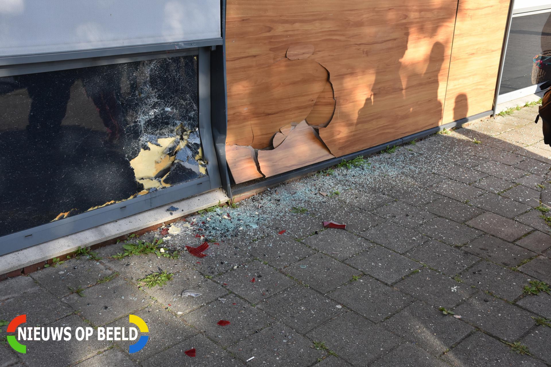 Automobilist botst tegen P.C. Hooftcollege Touwbaan Leiderdorp