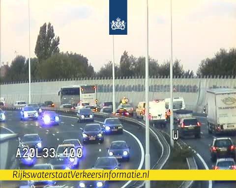 Kruipend over de A20 door defecte touringcar bij Crooswijk Rotterdam