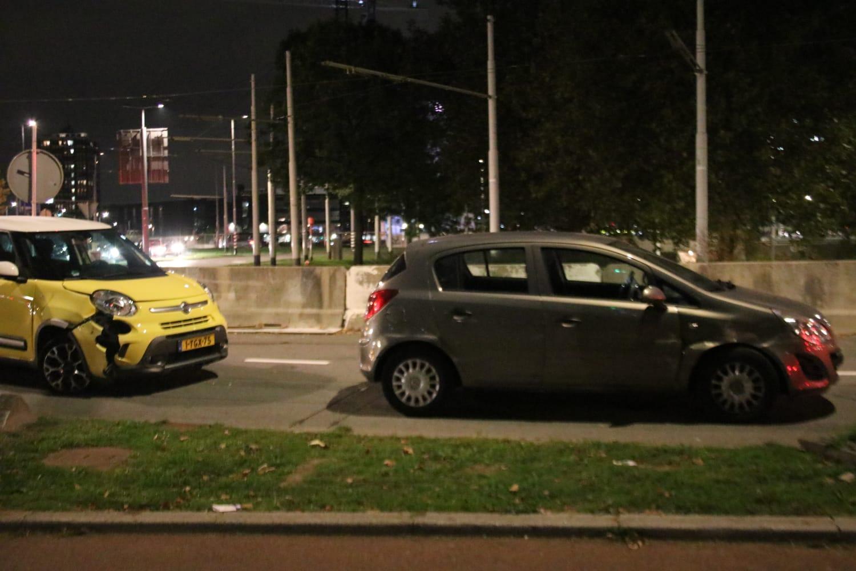 Auto flink beschadigd na aanrijding Droogleever Fortuynplein Rotterdam