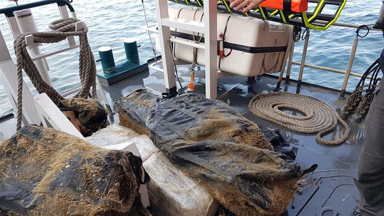 Duikers vinden 239 kilo marihuana onder zeeschip in de Rotterdamse haven