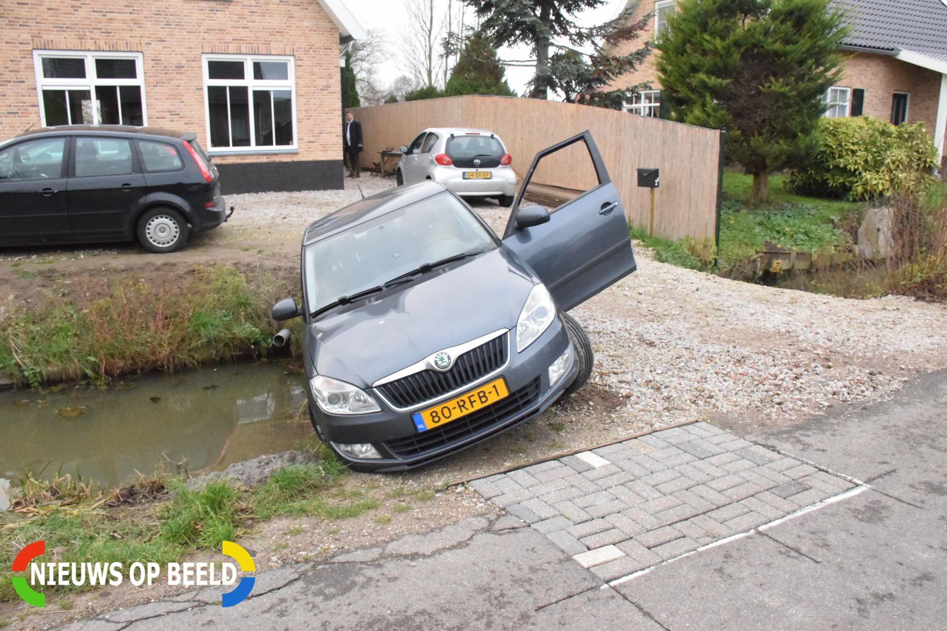 Auto hangt boven sloot na foutje op oprit Broekselaantje Bergambacht