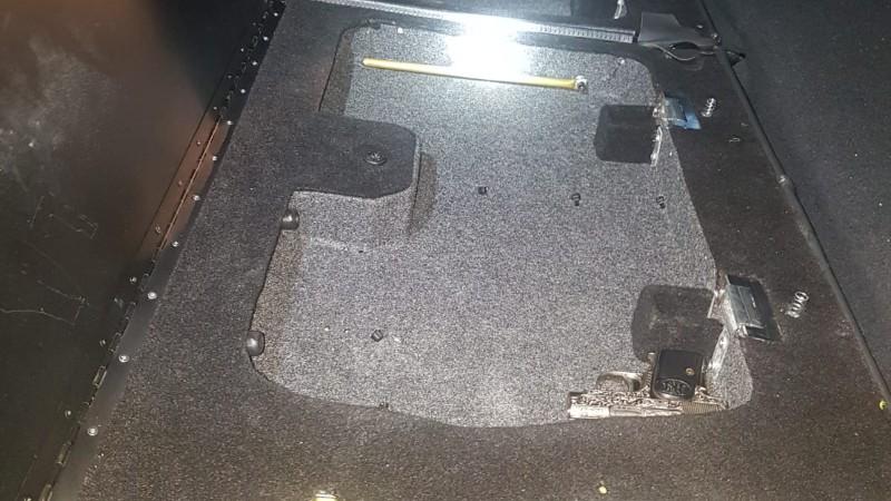 Pistool in verborgen ruimte kofferbak, bestuurder aangehouden