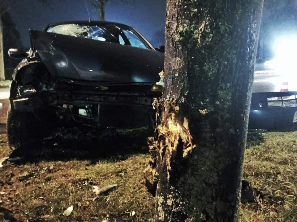Dronken droppies rijden auto kapot, en verstoppen zich ladderzat tussen de brandweerladders