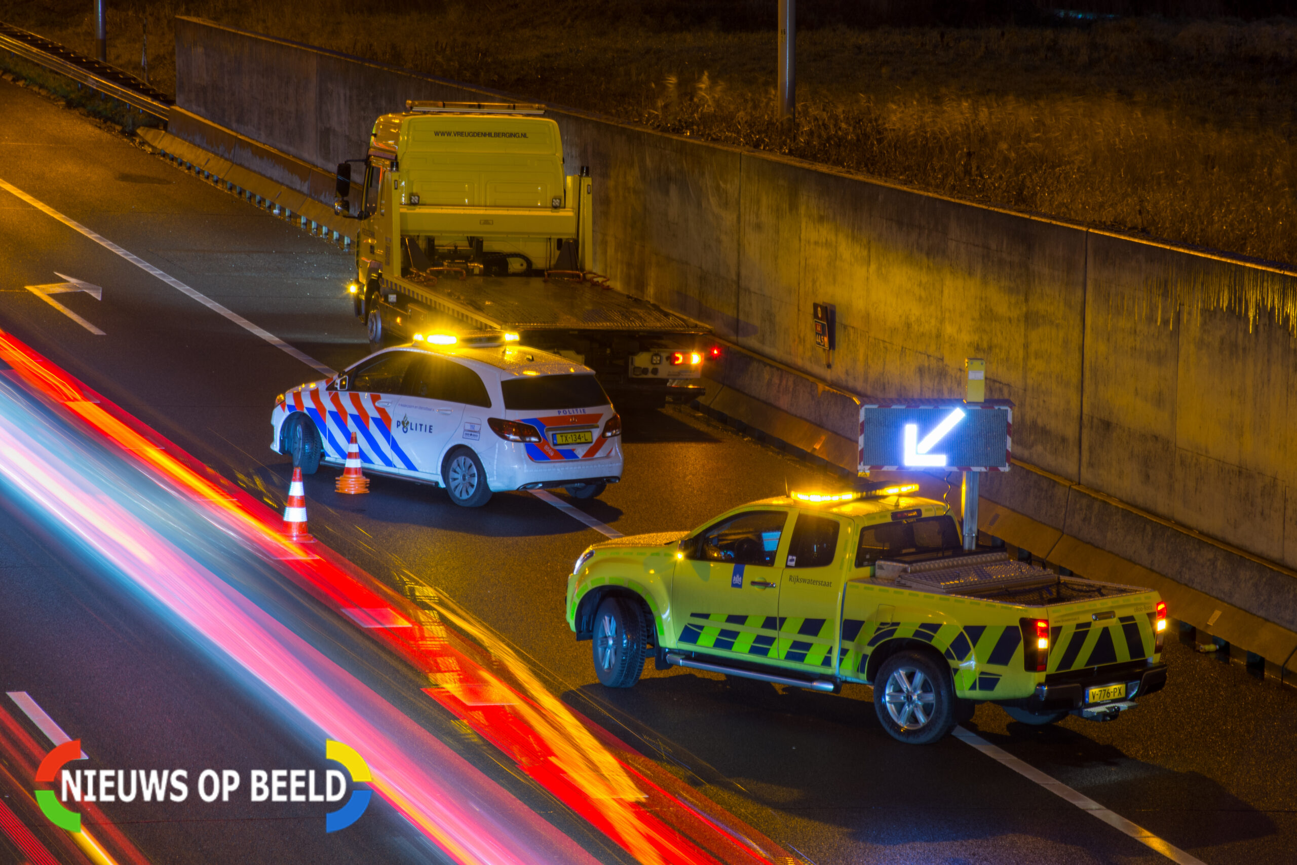 Auto rijdt op pijlwagen; Rijksweg A29 gestremd