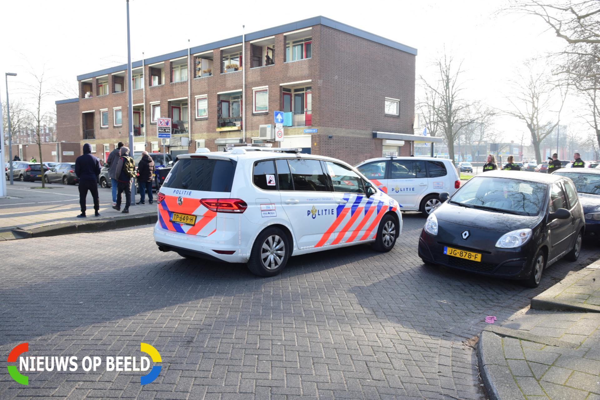 Politie sluit deel van winkelcentrum af na vuurwapenmelding Lengweg Hoogvliet