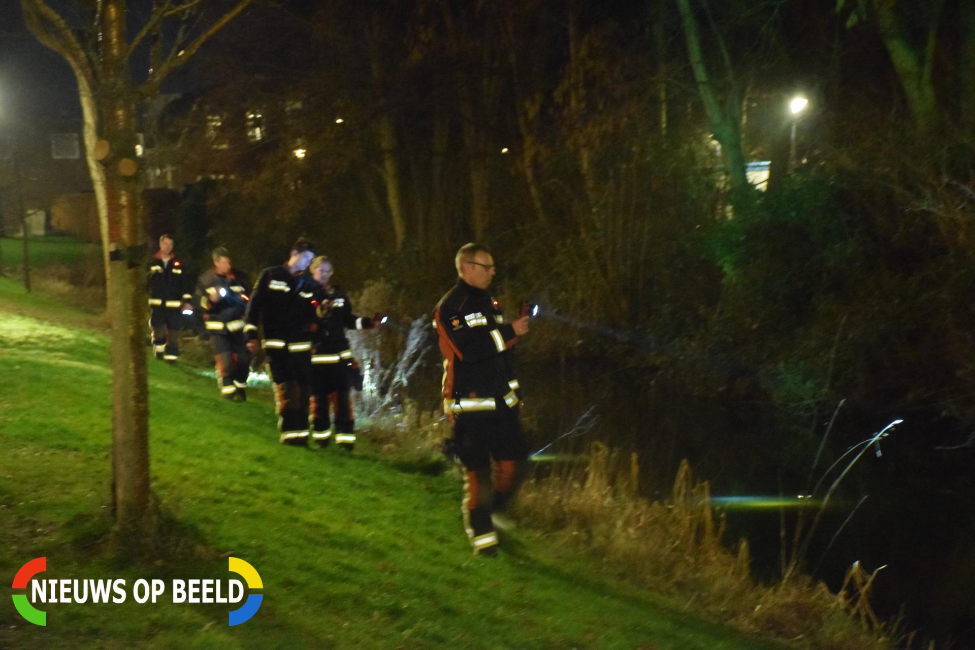 Zoektocht in sloot na zien van fietslampje in water Paltrokmolen Alphen aan den Rijn