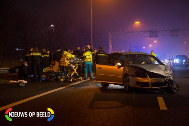Hulpdiensten ontfermen zich over de betrokkenen van het ongeluk