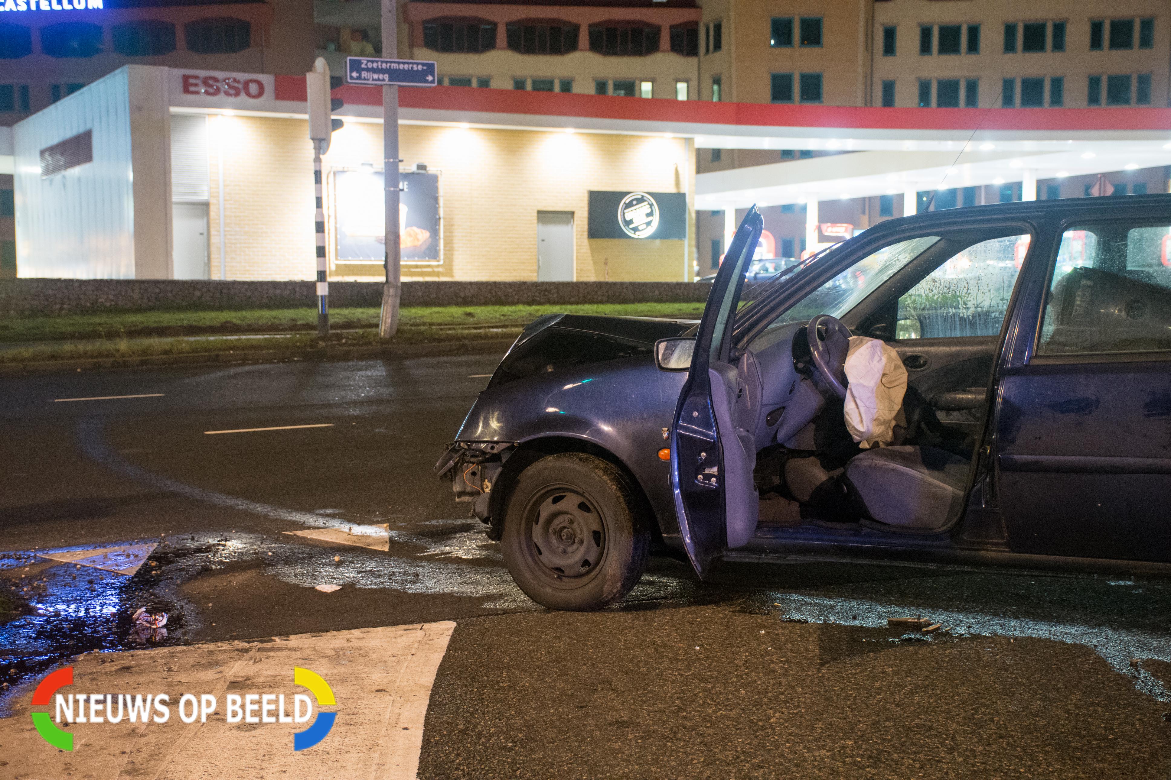 Zowel de paal als de auto hebben schade overgehouden aan het incident