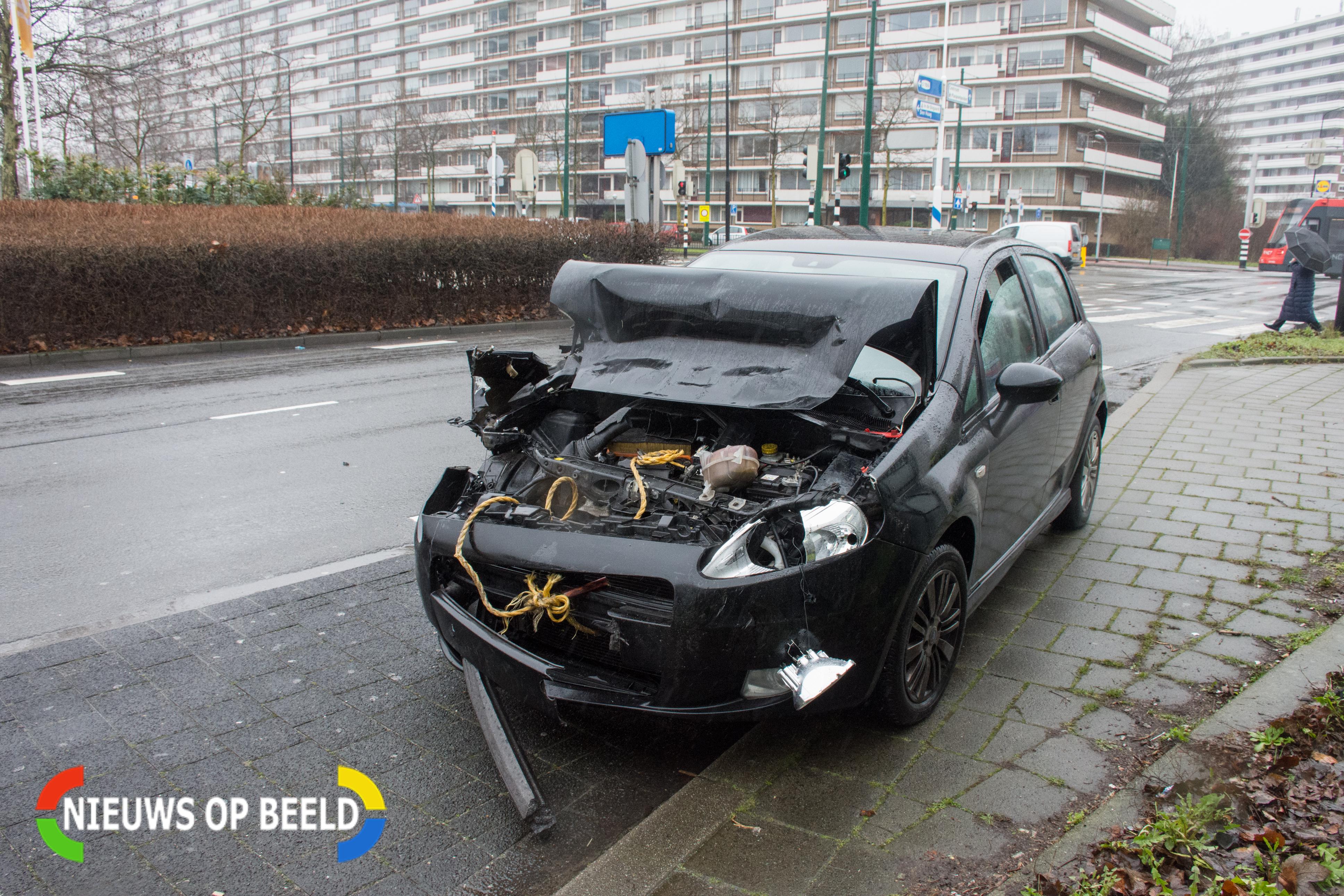 De voorkant van de auto zit volledig in de prak