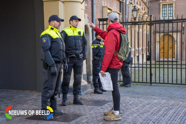 Een scholier die het Binnenhof wil betreden, wordt tegengehouden door de politie